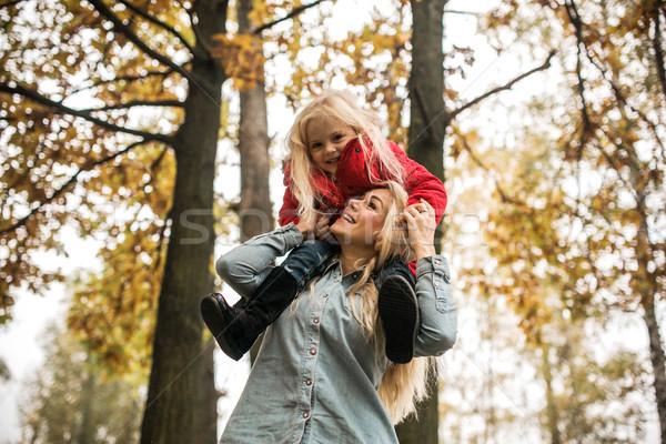 Anya lánygyermek ősz park sétál együtt Stock fotó © tekso