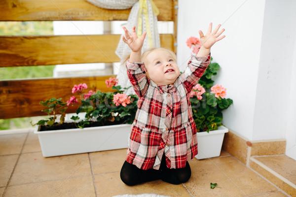 Kislány játszik erkély edény virágok lány Stock fotó © tekso