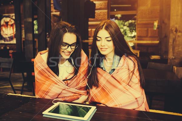 Kettő zárt barátok néz valami tabletta Stock fotó © tekso