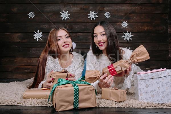 Dos hermosa ninas mentir piso regalos Foto stock © tekso