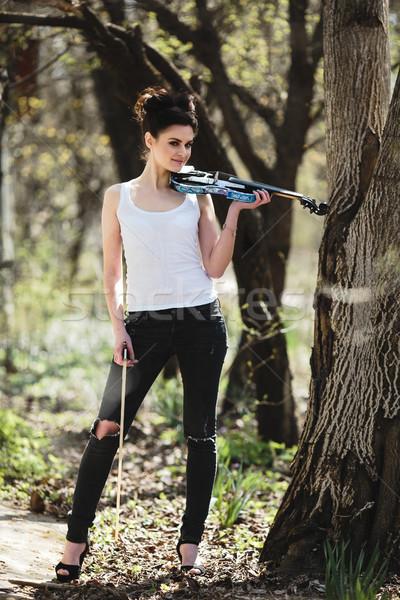 Güzel kız keman eller poz ağaç park Stok fotoğraf © tekso