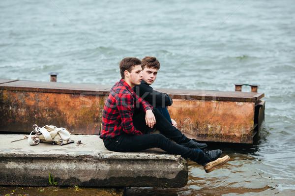 Due amici rilassante pier acqua uomo Foto d'archivio © tekso