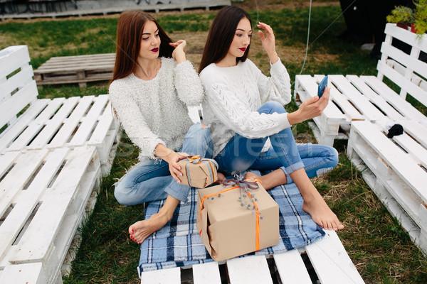 два девочек подарки сидеть скамейке Сток-фото © tekso