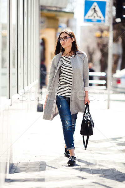 Güzel kız poz kamera şehir kadın gözlük Stok fotoğraf © tekso