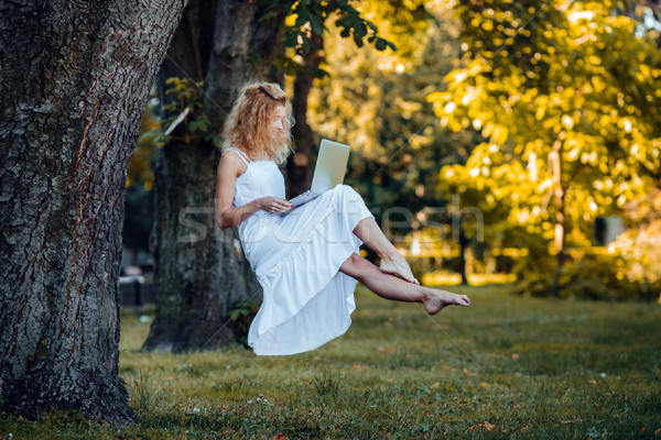 Nina portátil hermosa niña naturaleza hierba forestales Foto stock © tekso