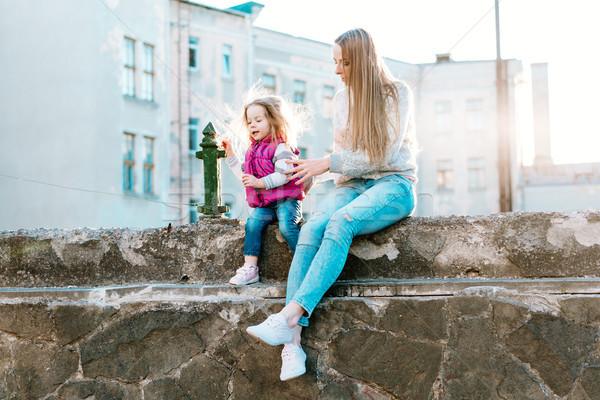 мамы дочь сидеть вместе забор молодые Сток-фото © tekso