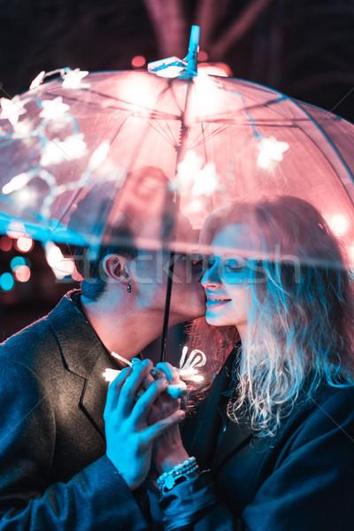 Foto stock: Cara · menina · beijando · guarda-chuva · noite · rua