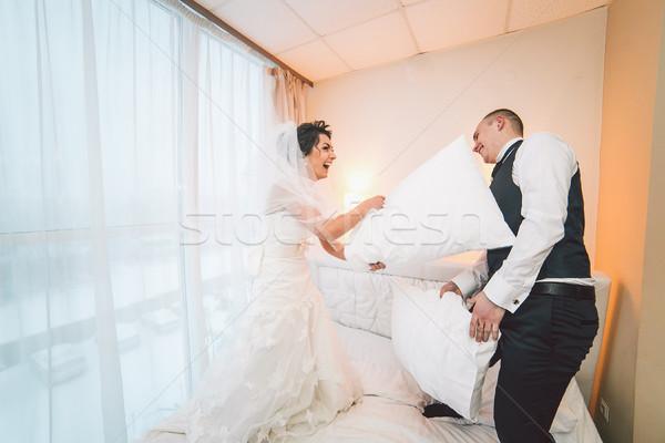 Kussengevecht bruid bruidegom hotelkamer partij liefde Stockfoto © tekso