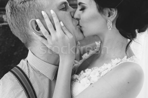 Сток-фото: свадьба · пару · поцелуй · другой · сидят · каменные