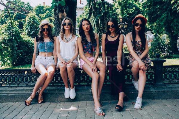 Cinquième belle jeunes filles posant parc Photo stock © tekso