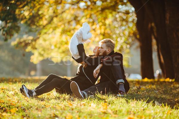 Jonge familie pasgeboren zoon najaar park Stockfoto © tekso