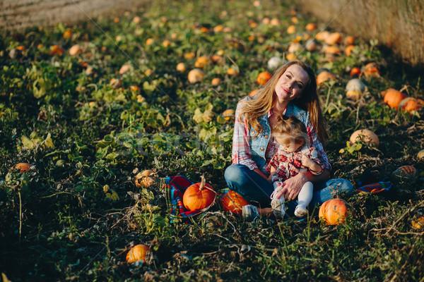 Stock fotó: Anya · lánygyermek · mező · tökök · halloween · család