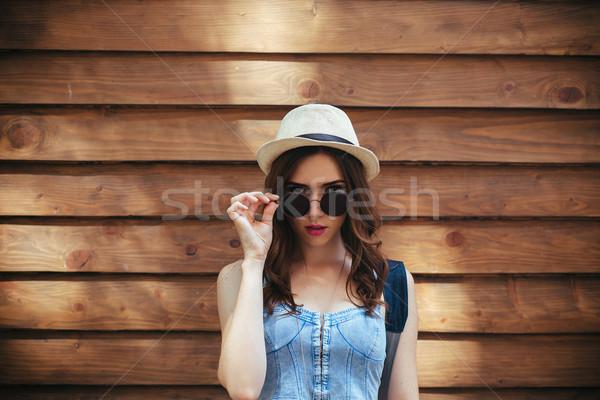 Bella ragazza fotocamera città occhiali da sole posa rosolare Foto d'archivio © tekso