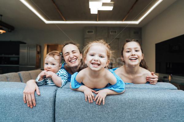 Mamãe dois pequeno filho sofá Foto stock © tekso