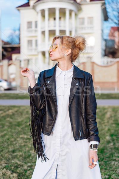 Hermosa niña chaqueta de cuero posando cámara sol calle Foto stock © tekso