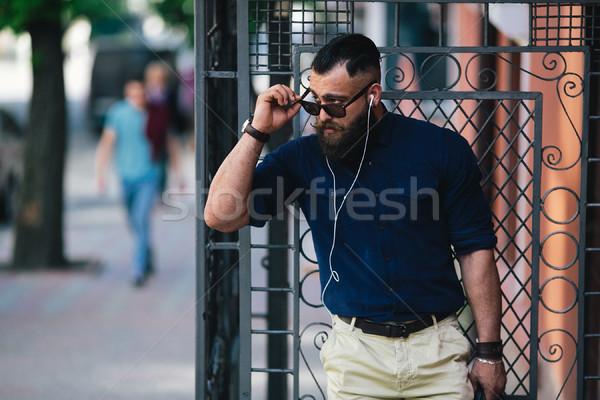 あごひげを生やした 男 立って 音楽を聴く 通り バス停 ストックフォト © tekso