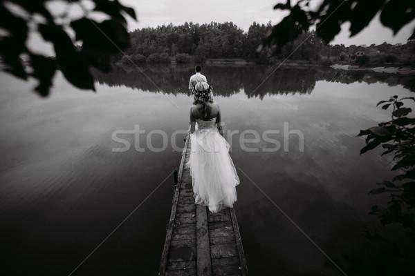 Bruiloft paar oude houten pier poseren Stockfoto © tekso