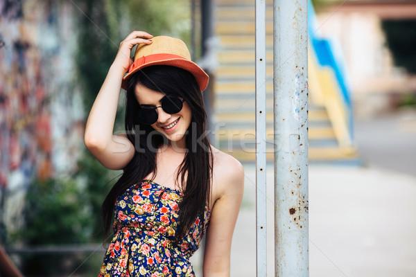 Piękna dziewczyna kamery miasta okulary stwarzające kobieta Zdjęcia stock © tekso