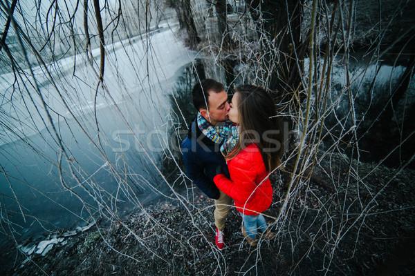 Mooie paar poseren bevroren rivier park Stockfoto © tekso