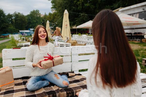 Lányok ajándékok egyéb kettő gyönyörű ül Stock fotó © tekso