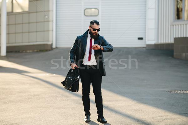 Jóképű férfi öltöny pózol kamera utca férfi Stock fotó © tekso