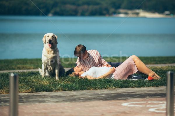 Felice sorridere Coppia rilassante erba verde lago Foto d'archivio © tekso
