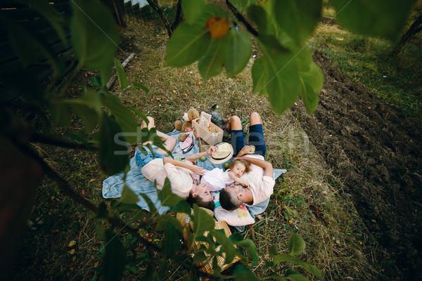 ストックフォト: 幸せな家族 · 芝生 · 公園 · 写真 · 家族 · 少女