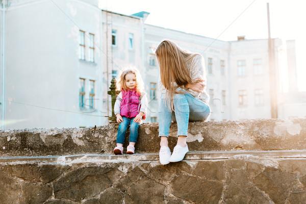 Anne kız oturmak birlikte çit genç Stok fotoğraf © tekso
