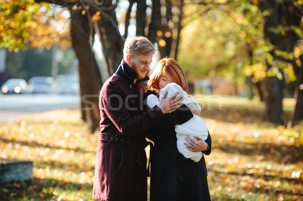 Jóvenes familia recién nacido hijo otono parque Foto stock © tekso