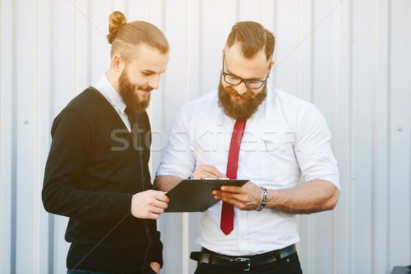 два бородатый бизнесмен подписания документы улице Сток-фото © tekso