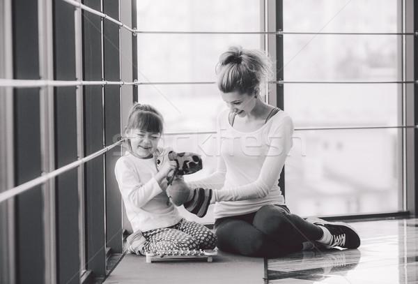 Anne kız oynama oyuncaklar spor salonu Stok fotoğraf © tekso