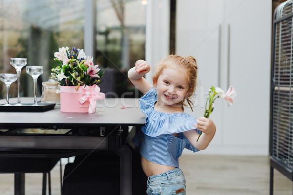 Küçük kız çiçekler tablo çiçek kız Stok fotoğraf © tekso