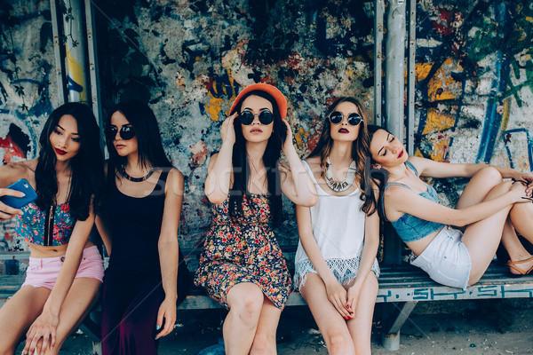 Сток-фото: пять · красивой · молодые · девочек · расслабляющая · автобусная · остановка