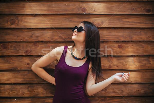 Piękna dziewczyna kamery stwarzające brązowy kobieta charakter Zdjęcia stock © tekso