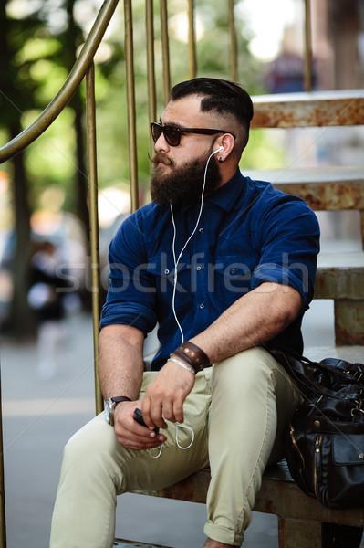 Barbudo homem sessão escada rua moda Foto stock © tekso