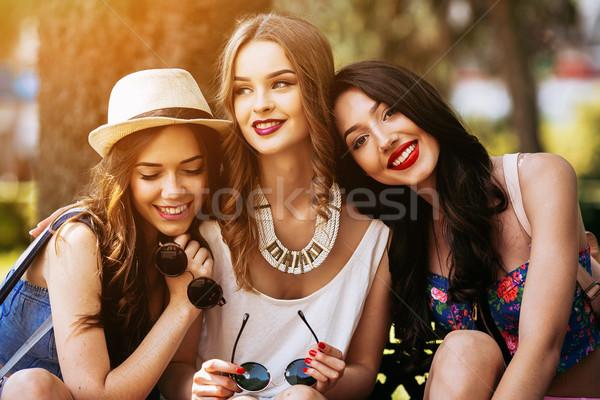 Foto d'archivio: Tre · bella · giovani · ragazze · posa · sfondo