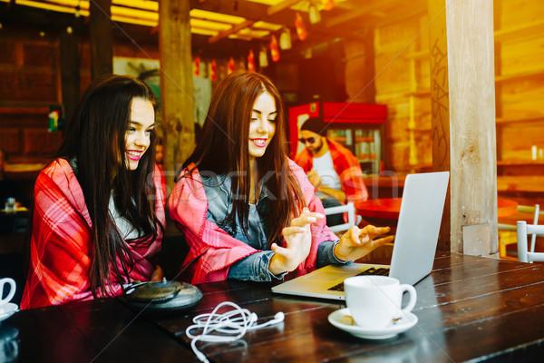 Twee meisjes kijken iets laptop jonge Stockfoto © tekso