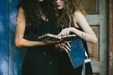 Due vintage donne strega lettura libro Foto d'archivio © tekso
