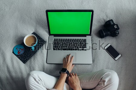 Kadın dizüstü bilgisayar kullanıyorsanız yatak genç güzel bir kadın bilgisayar Stok fotoğraf © tekso