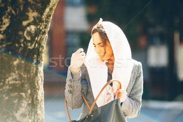 Lány néz valami táska gyönyörű lány utca Stock fotó © tekso