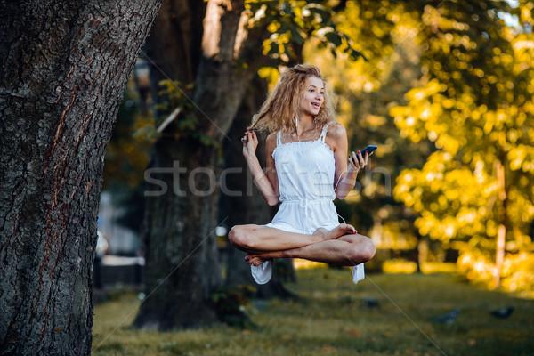 Meisje natuur mooi meisje luisteren naar muziek muziek boom Stockfoto © tekso