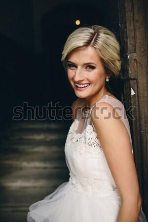 Glimlachend mooie bruid deuropening traditioneel witte Stockfoto © tekso