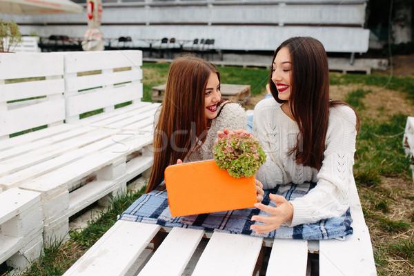 Meninas mentir banco dar outro presentes Foto stock © tekso