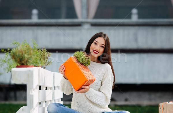 Güzel kız hediye oturma bank el ele tutuşarak Stok fotoğraf © tekso