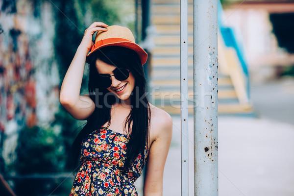Mooi meisje camera stad zonnebril poseren vrouw Stockfoto © tekso