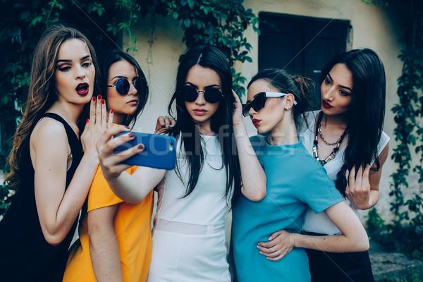 Vijf mooie jonge meisjes straat Stockfoto © tekso