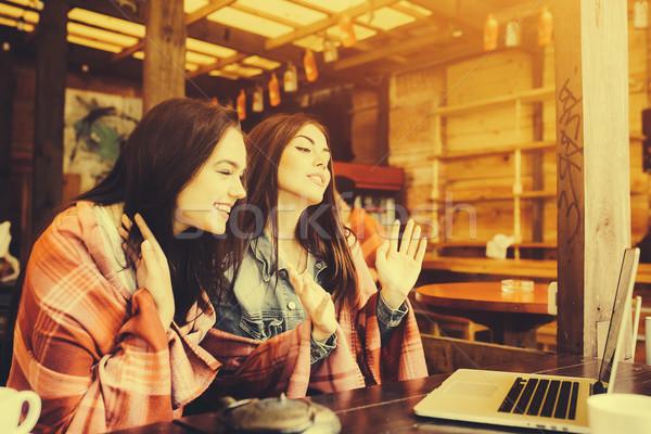 Dois meninas assistindo algo laptop jovem Foto stock © tekso