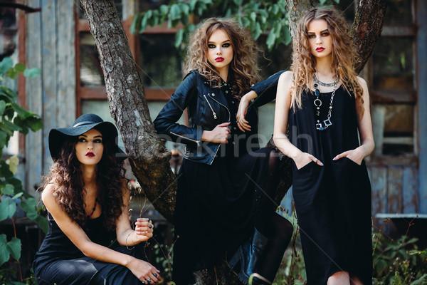 Tres vintage mujeres plantean abandonado edificio Foto stock © tekso