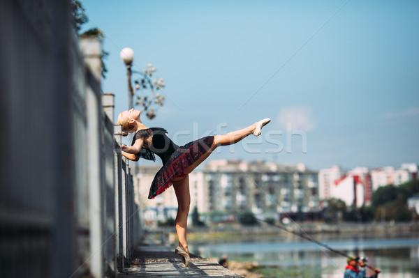 Baleriny stwarzające jezioro kamery dziewczyna miasta Zdjęcia stock © tekso