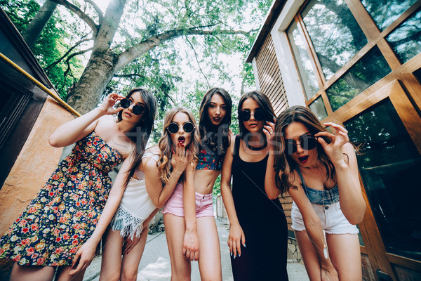 Сток-фото: пять · молодые · красивой · девочек · улице · глядя